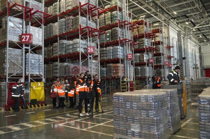 «Переживать не стоит»: X5 Retail Group показала склады, полные продовольствия