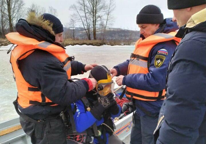 Водолазы-спасатели ищут рыбака, вещи которого нашли возле полыньи на реке Вятка в РТ