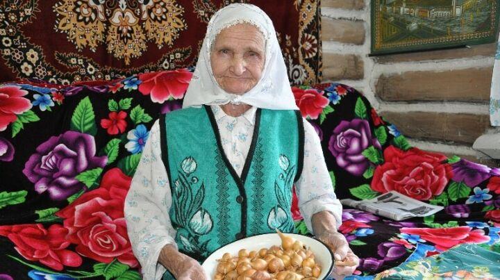 Бабушка из Черемшанского района в свои 92 года собирается сеять лук