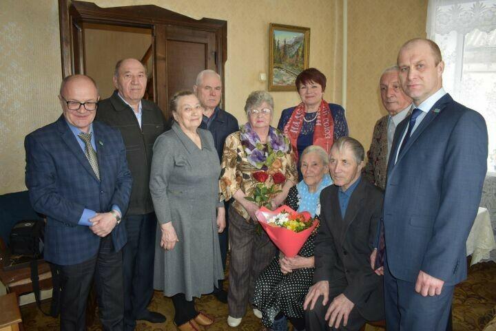 Ветерану из Елабуги вручили юбилейный знак «100 лет ТАССР» и медаль «75 лет Победы»