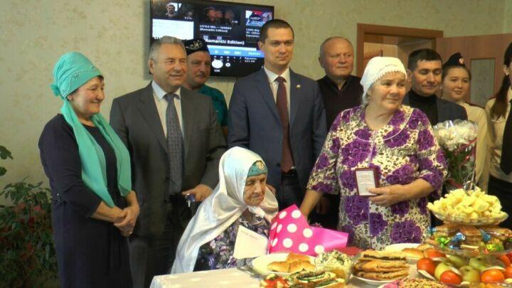 Высокогорской долгожительнице вручили медали «75 лет Победы» и «100 лет ТАССР»