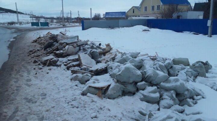 Альметьевец устроил у своего дома свалку из принятых им строительных отходов