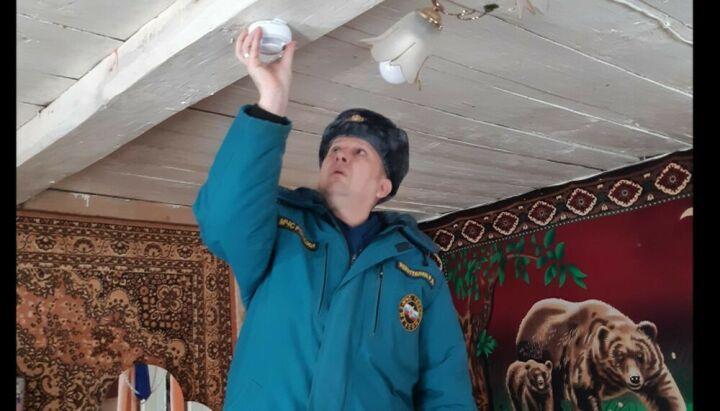 В домах многодетных семей в Муслюмовском районе установили пожарные извещатели