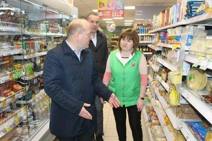 Руководство Дрожжановского района проверило наличие товаров в магазинах и аптеках