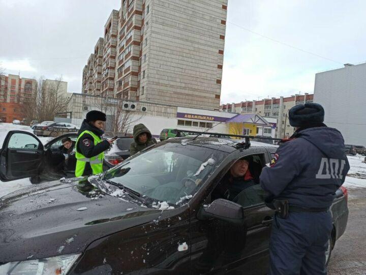 Кресло есть, а ребенок не пристегнут: в Казани инспекторы ДПС ловили нарушителей ПДД