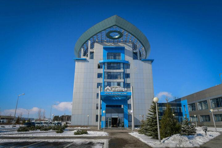 Рустам Минниханов осмотрел учебное оборудование STEM-центра ОЭЗ «Алабуга»
