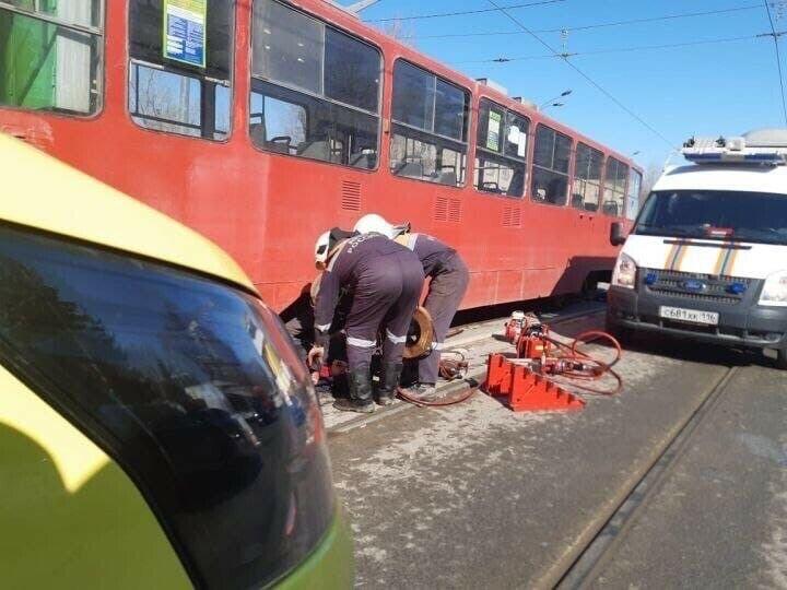 Момент смертельного наезда трамвая на женщину в Казани попал на видео