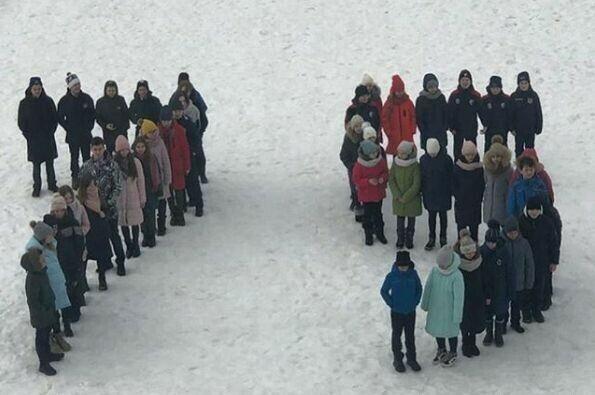 Юные нижнекамцы провели флешмоб в честь 75-летия Победы