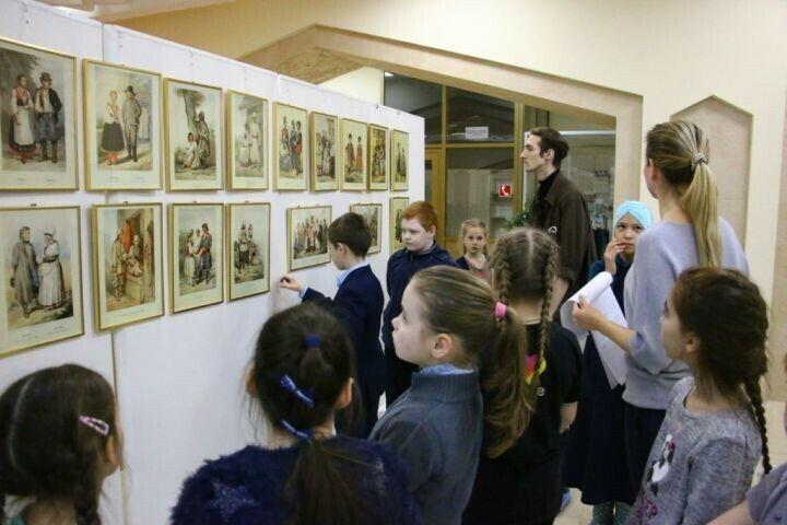 В Болгаре открылась выставка с иллюстрациями народных костюмов России 19-го века