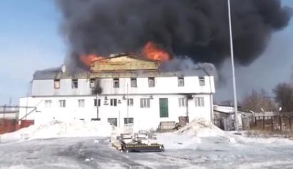 На видео сняли крупный пожар на мебельном складе в Казани