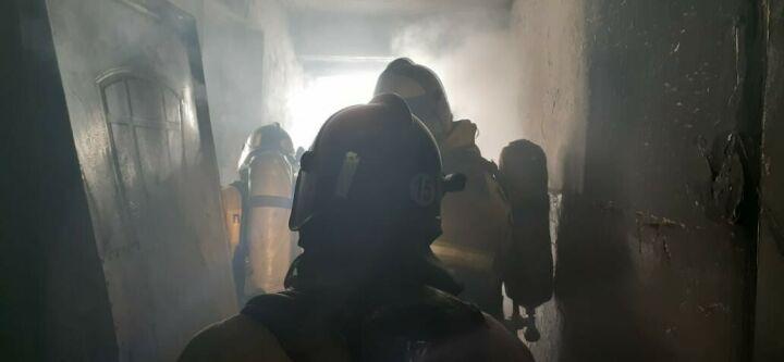 Трех человек спасли из девятиэтажки в Альметьевске, задымленной из-за пожара