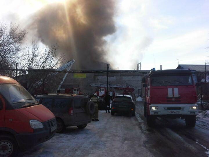 Крупный пожар на мебельном складе в Казани потушен