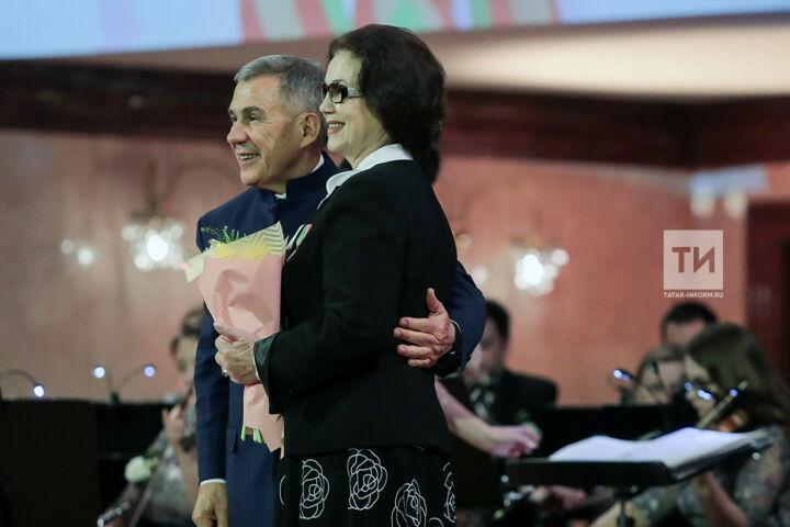 Рустам Минниханов наградил «женщин года» медалями в честь 75-летия Победы