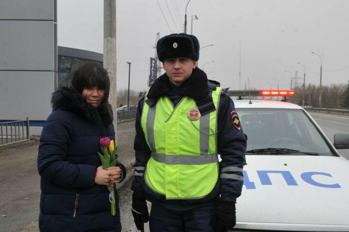 В Казани сотрудники ГИБДД дарили цветы женщинам за рулем