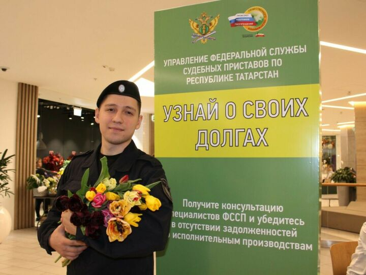 Приставы поздравили с 8 Марта посетительниц казанского ТЦ, проверявших наличие долгов