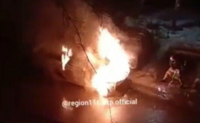 В Казани сняли на видео, как водитель тушит свое авто, набирая ведром воду из лужи