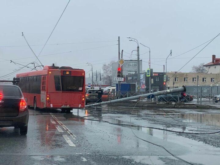 Два столба рухнули в Казани, один из них смял кузов «ГАЗели»