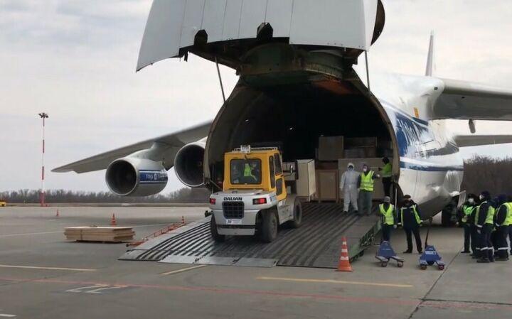 В Казань прибыл самолет из Китая с медицинскими масками и станками по их выпуску