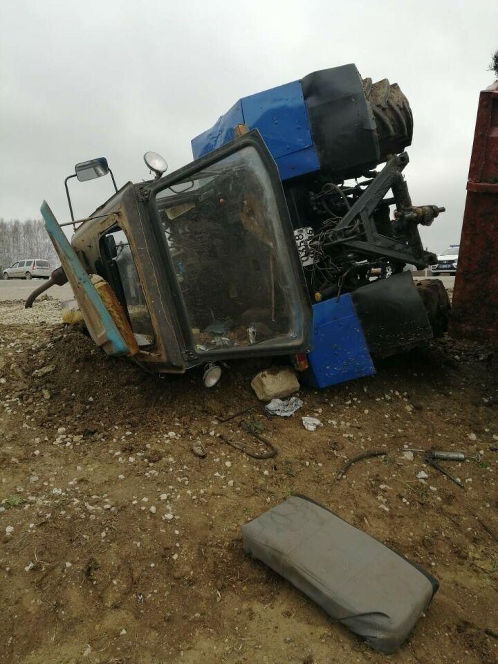 Двое детей пострадали в столкновении трактора и легковушки в Татарстане
