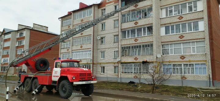 Двоих взрослых и четверых детей спасли из пожара, вспыхнувшего в пятиэтажке в Кукморе