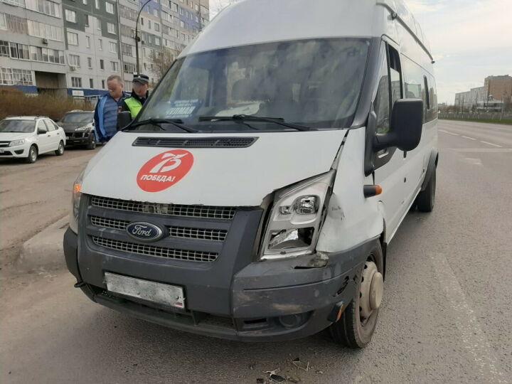 В Челнах пассажирку маршрутки после столкновения с легковушкой увезла «скорая»