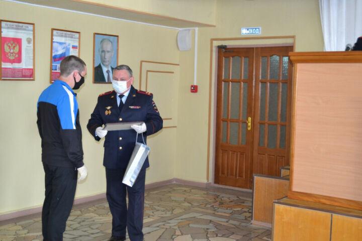 Полицейские наградили жителей Елабуги за помощь в поиске разбойника