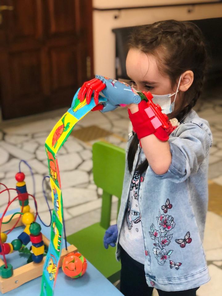 ФСС по РТ помог семилетней девочке получить протез кисти