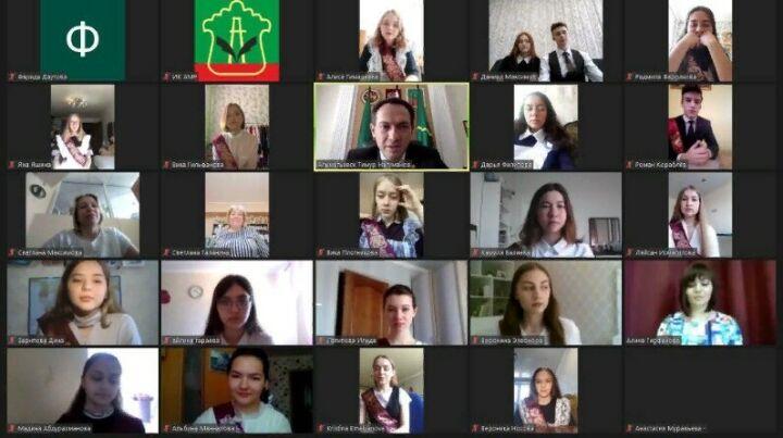 В Альметьевске в онлайн-режиме прозвучал последний звонок для 1022 выпускников
