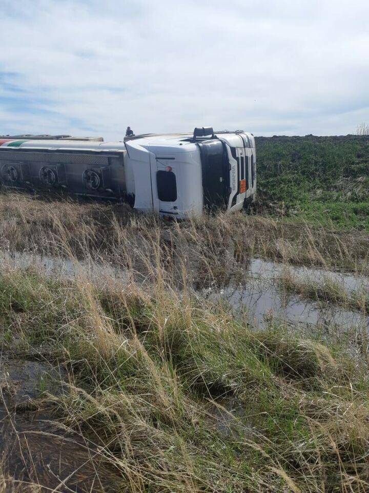 Водитель бензовоза не справился с управлением и слетел в кювет с трассы в Татарстане