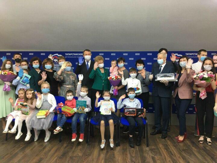 Депутаты «Мэрхэмэт» вручили планшеты школьникам, дав старт акции «Твори добро»