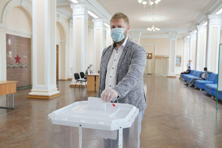 «Лишний раз проверил здоровье»: Малькевич проголосовал на УИК в Казани