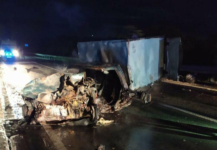 Ночью на трассе в Татарстане столкнулись три автомобиля, один из водителей погиб