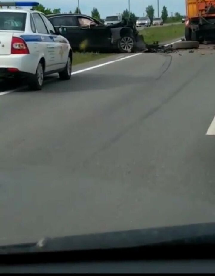 Очевидцы сняли на видео, что осталось от иномарки, влетевшей в грузовик