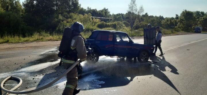 В Нижнекамске после ДТП с легковушками вытекший бензин пришлось смывать с дороги