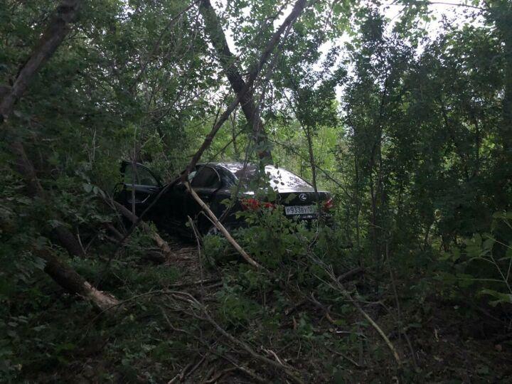 Автоледи на «Лексусе» получила травмы, вылетев с трассы Казань — Оренбург в кусты