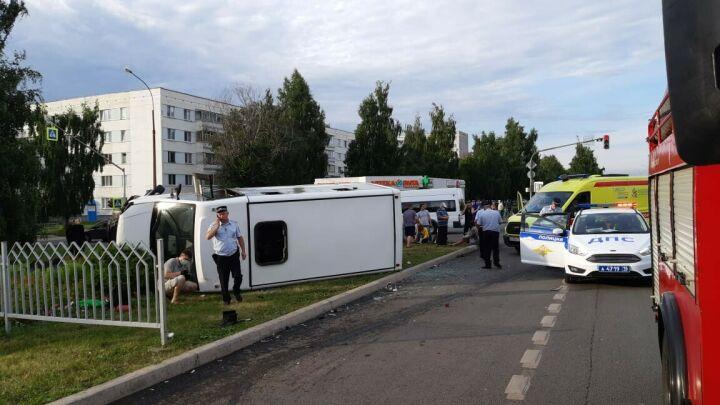 В Челнах после столкновения с авто перевернулся автобус, шесть человек в больнице