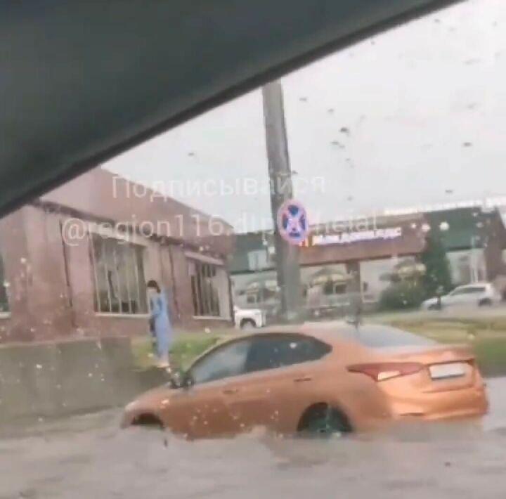 На видео сняли, как в Казани после ливня машины «плывут» по дорогам
