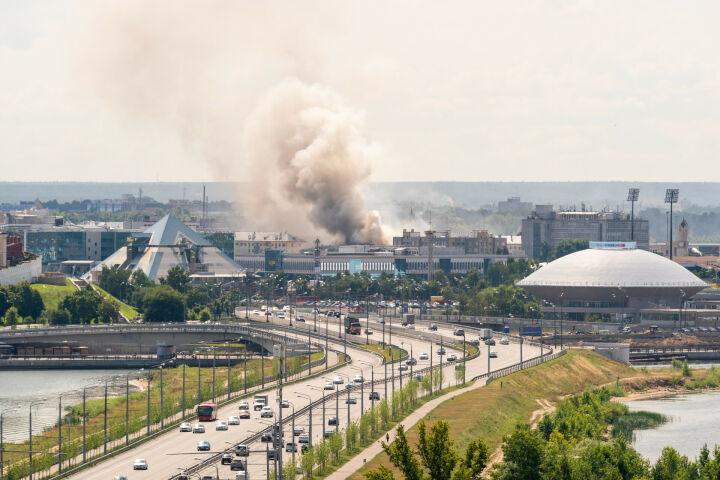 В Казани у ЦУМа из пожара в доме бывших Соболевских номеров спасли двух женщин