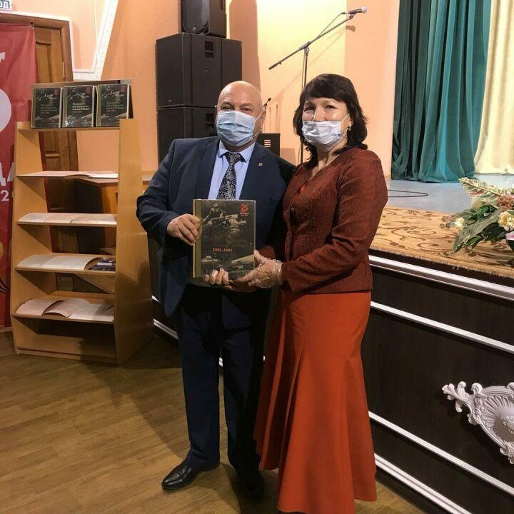 Высокогорскому району вручили книги «Татарстан: все для фронта, все для победы!»