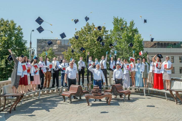 В КФУ торжественно вручили дипломы 23 лучшим выпускникам 2020 года