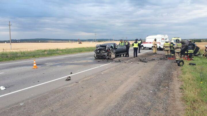 Три человека погибли в лобовом столкновении двух иномарок на трассе в Татарстане