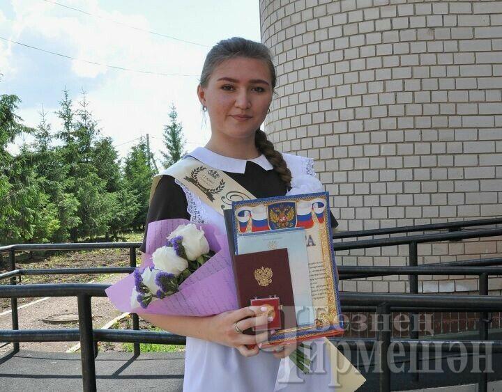 Медали «За особые успехи в учебе» вручили 15 черемшанским выпускникам