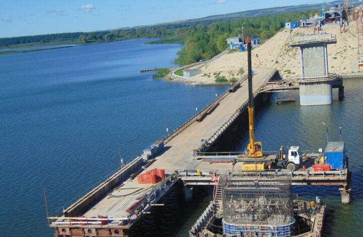 В Татарстане начали собирать пролет моста через Свиягу на трассе М7