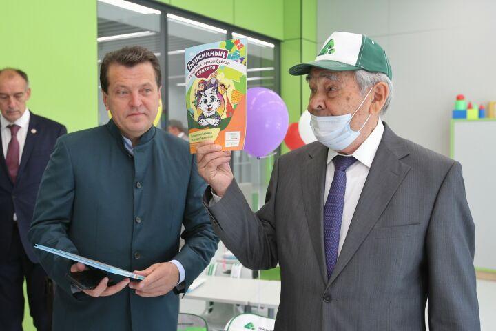 Шаймиеву показали учебники по языкам для полилингвального комплекса «Адымнар»