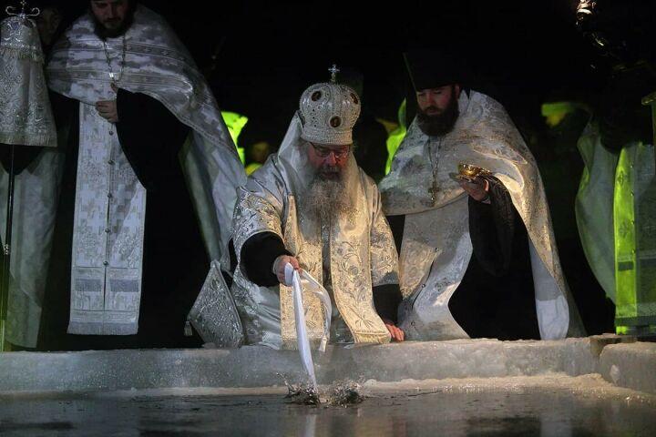 Митрополит Кирилл провел чин великого освящения воды на Раифском озере