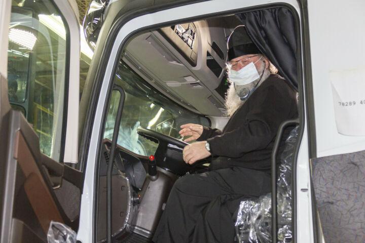 Митрополит Кирилл посидел за рулем «КАМАЗа» и осмотрел стройку гимназии в Челнах