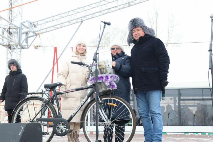На рождественской ярмарке в Менделеевске почтальону подарили велосипед