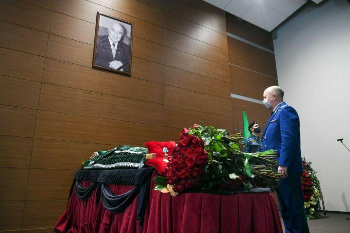 «Он прошел путь жизни достойно и честно»: в Казани простились с Рашитом Салаховым
