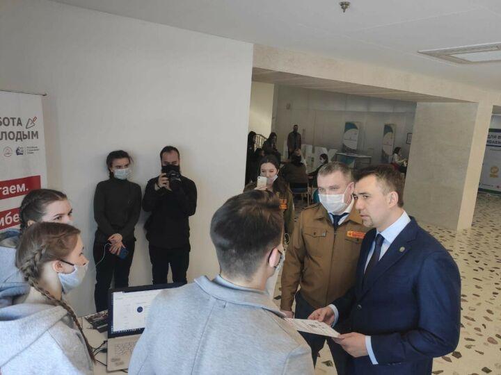 Фаттахов предложил создать мобильное приложение для трудоустройства молодежи
