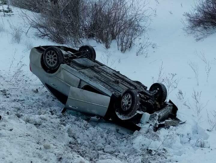 Легковушка вылетела с трассы в РТ в кювет и перевернулась, водитель в больнице